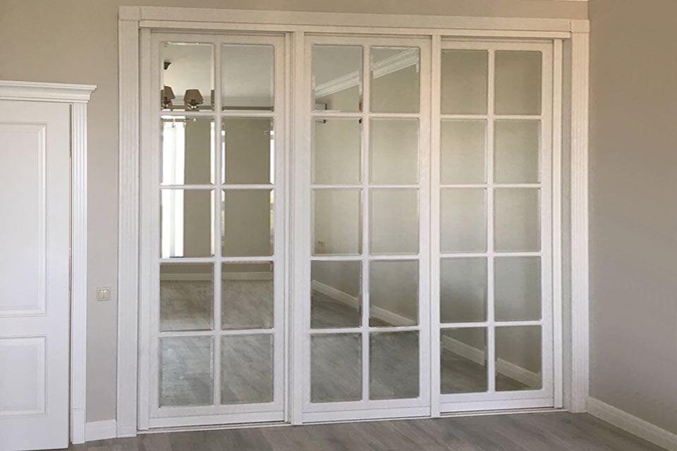 белый шкаф купе с зеркалом