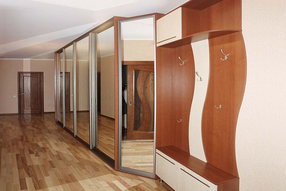 коридор со шкафом купе