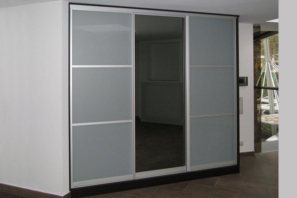угловой стеклянный шкаф